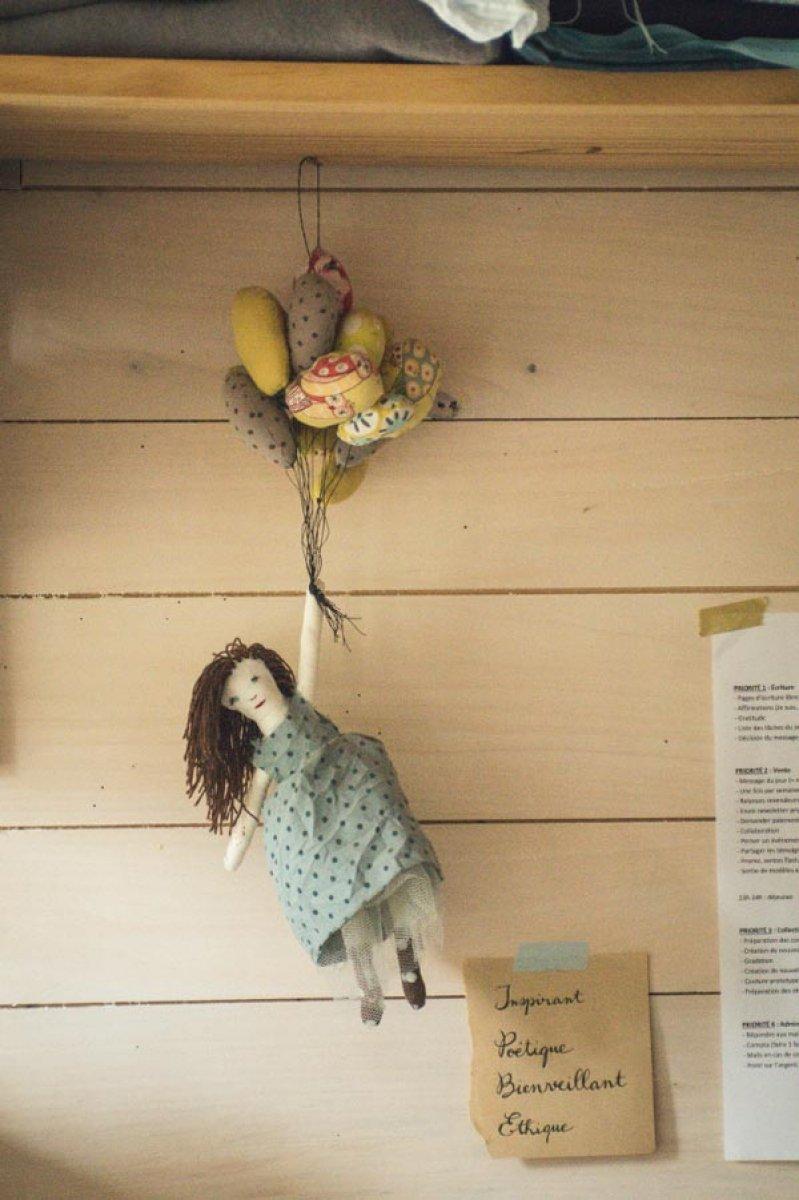 Des photos de famille, des illustrations des artistes Knapfla et Saar Manche, une poupée qui s'envole et des mots inspirants…