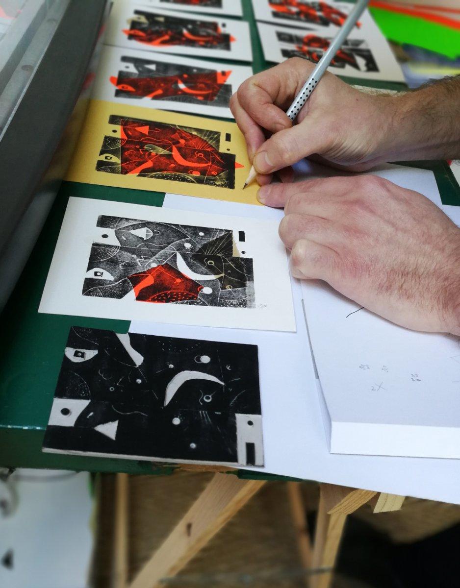 En pleine séance de signature de S. Parapluie, au premier plan la matrice de la gravure.
