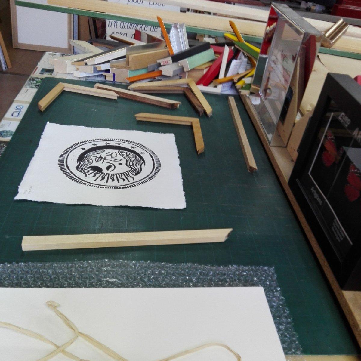 Chez l'encadreur: choix du bois, passe-partout en couleur, cadres de toutes les formes.